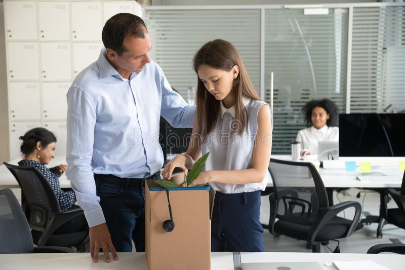 Le renvoi de soutien d'homme d'affaires a dérangé des affaires de paquet de femme dans la boîte en carton image libre de droits