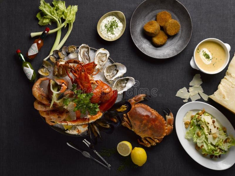 Le repas de fruits de mer de mezza d'épicerie avec le crabe, homards, crevette, huître, image libre de droits