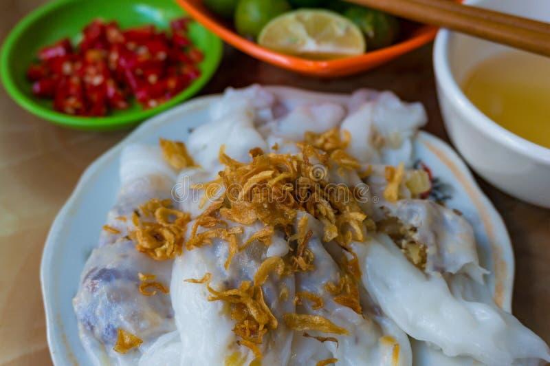 Le repas traditionnel vietnamien a bourré des crêpes de riz avec l'échalote photos libres de droits
