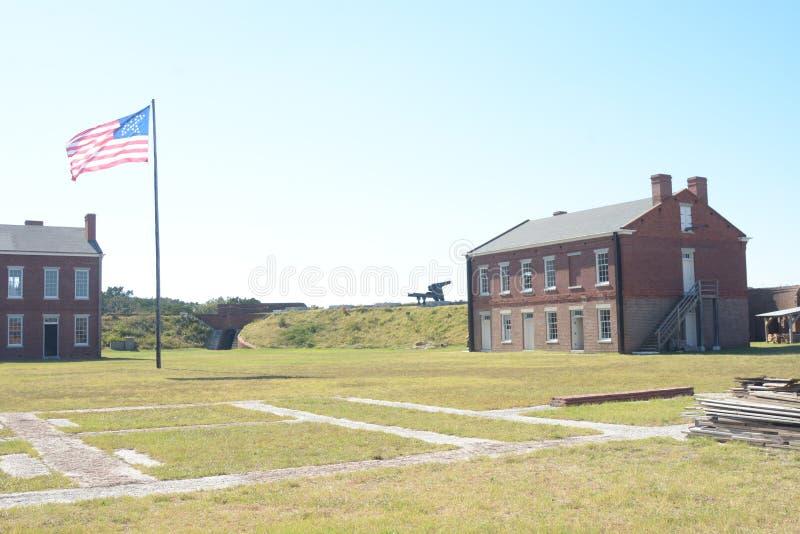 Le repli de fort bat pavillon du 1800's en retard en dedans est les monticules et les bâtiments de soutien protecteurs de terre image libre de droits