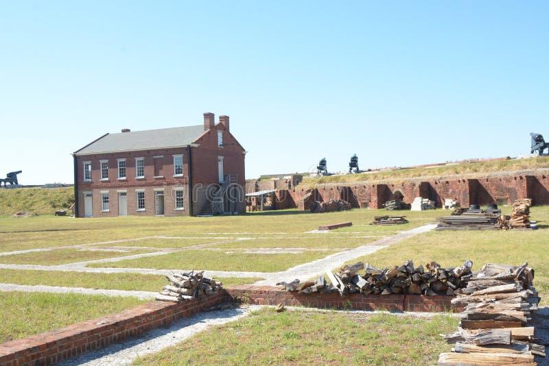 Le repli de fort a un espace ouvert expansif menant aux murs et au canon photographie stock libre de droits