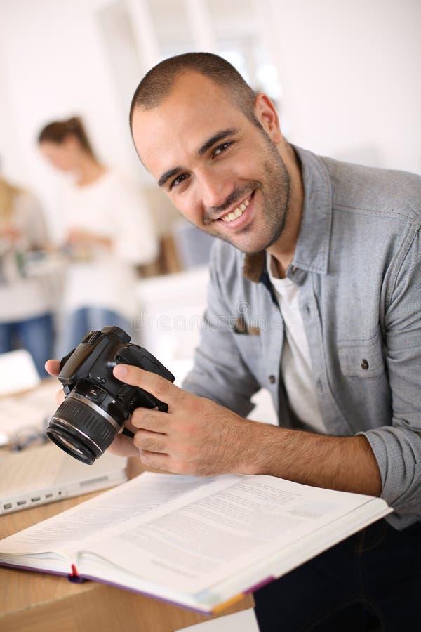 Le reporter som arbetar på kontoret arkivbilder