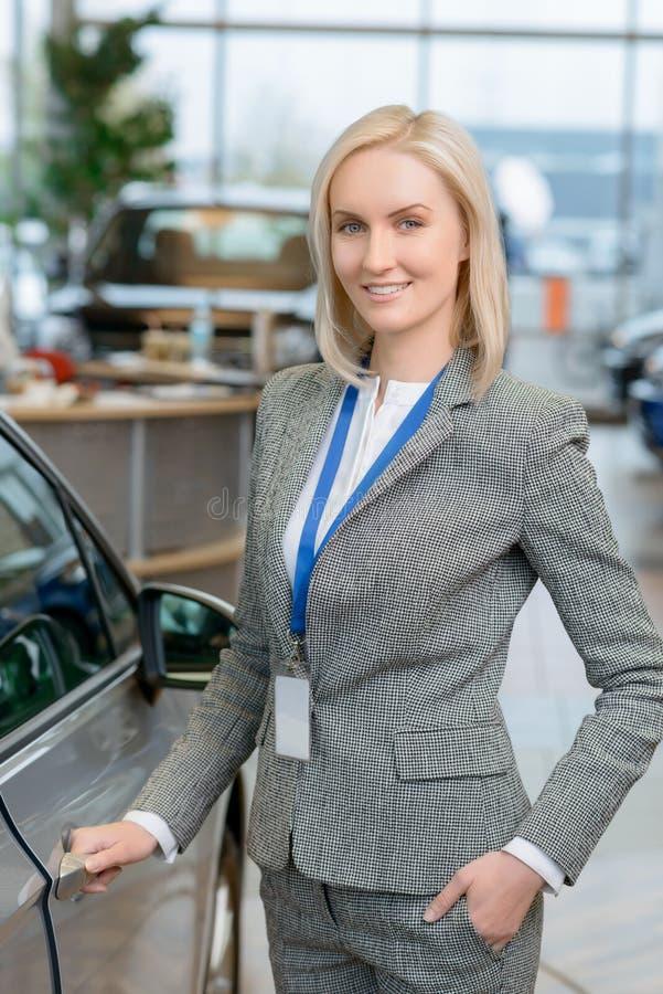 Le repr sentant de commerce est sur le point d 39 ouvrir une porti re de voiture photo stock - Ouvrir une porte de voiture ...