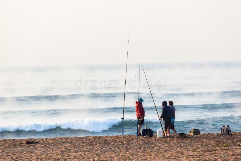 Le ressac de pêcheurs ondule des vacances de plage de lever de soleil image libre de droits