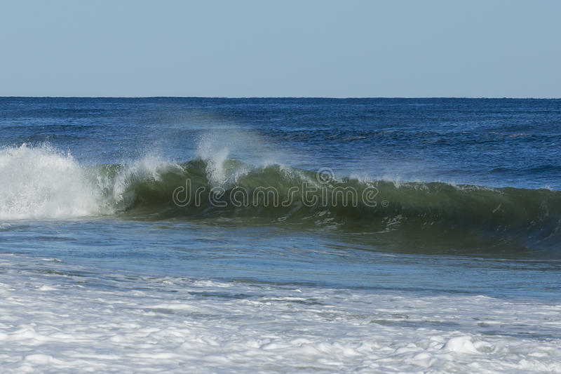 Le ressac ondule sur la mer bleue tranquille photo libre de droits