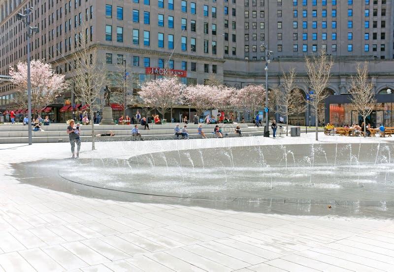 Le ressort amène des personnes dehors à la place publique à Cleveland du centre, Ohio, Etats-Unis photo stock