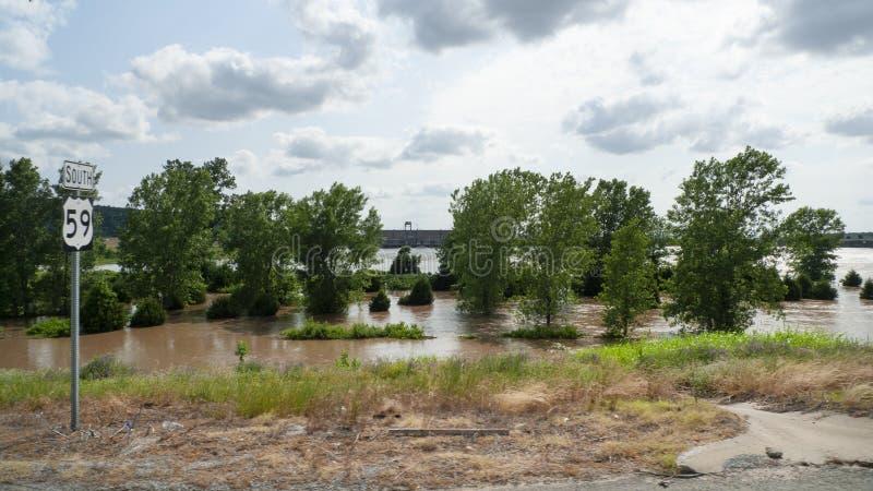 Le ressort d'inondation de la rivière Arkansas de la route 2019 59 au sud de Sallisaw va au-dessus de la rivière Arkansas images stock