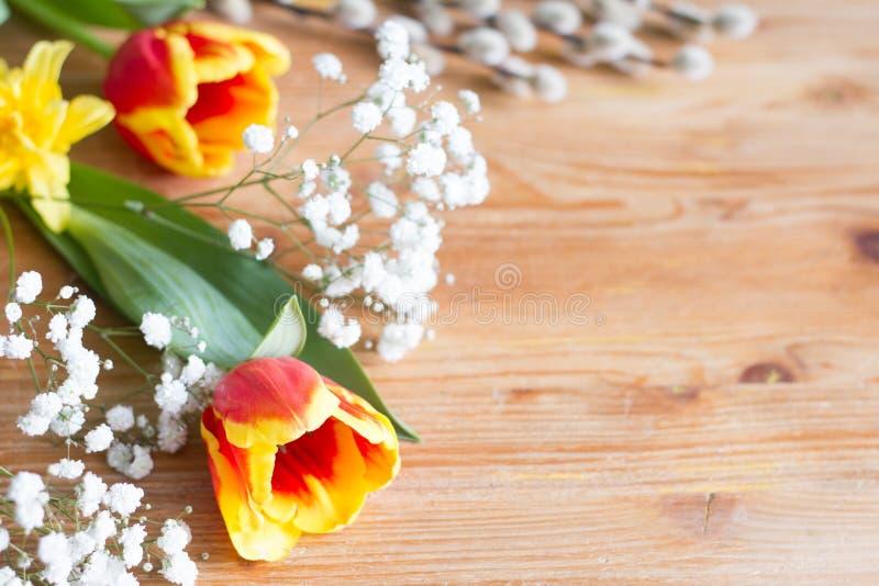 Le ressort Pâques fleurit la décoration sur le fond en bois avec l'espace libre photos stock