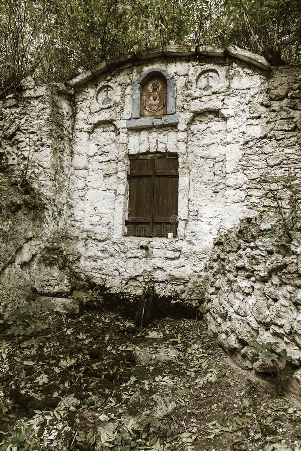 Le ressort saint de l'eau vivante, la vieille police du 17ème siècle, murs couverts de mousse, automne Bien de l'eau sainte avec  photos stock