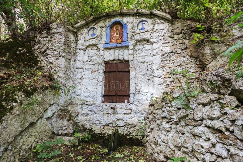 Le ressort saint de l'eau vivante, la vieille police du 17ème siècle, murs couverts de mousse, automne Bien de l'eau sainte avec  photographie stock libre de droits