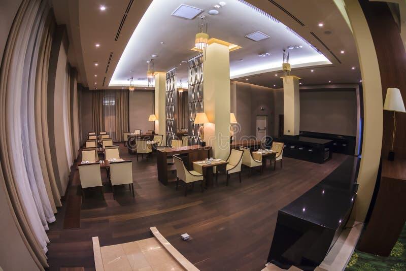 Le restaurant de belvédère dans la station de vacances de Gorki Gorod à Sotchi a l'intérieur élégant de la conception moderne Vue photos stock