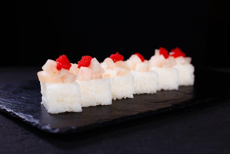 Le restaurant de fruits de mer, a pressé des sushi avec le feston images libres de droits