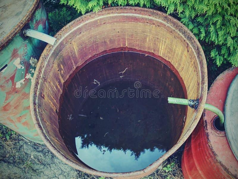 Le reste de la gouttière de soufflet d'eau de pluie L'eau rassemblant le réservoir photographie stock