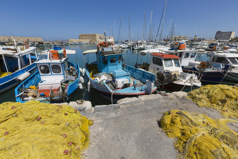 Le reti da pesca ed i pescherecci si avvicinano alla fortezza veneziana nel por fotografie stock