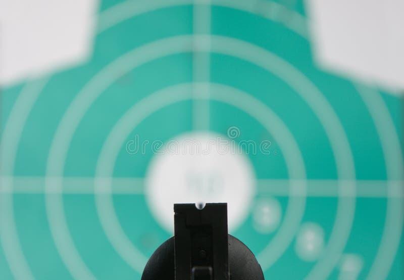 Le revolver a visé la cible image libre de droits