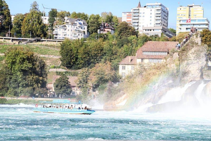 Le Rhin, Suisse - 19 septembre 2018 : Bateau de touristes sur le Rhin approchant les chutes du Rhin photographie stock libre de droits