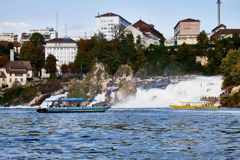 Le Rhin, Suisse - 19 septembre 2018 : Bateau de touristes sur le Rhin approchant les chutes du Rhin photo stock
