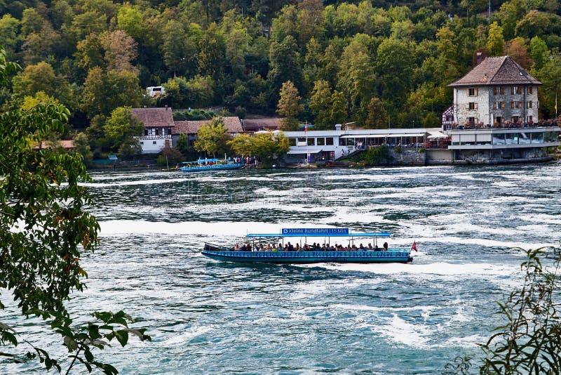 Le Rhin, Suisse - 19 septembre 2018 : Bateau de touristes sur le Rhin pr?s des chutes du Rhin en Suisse photos libres de droits