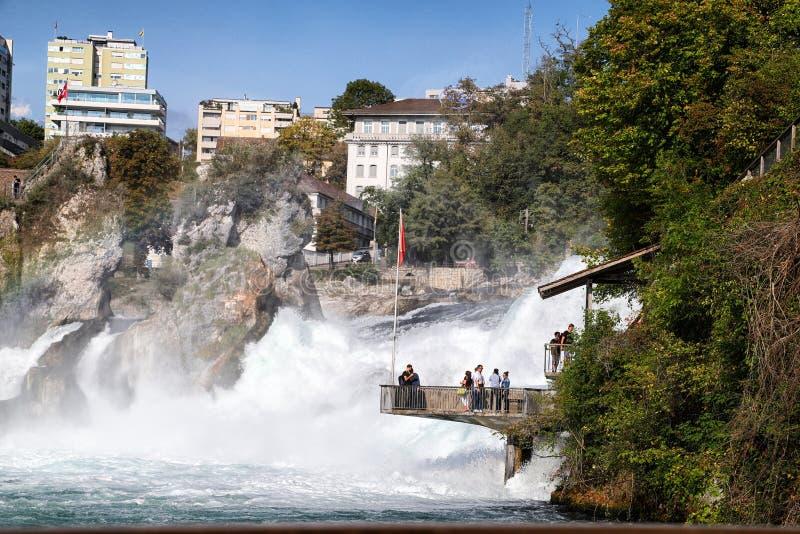 Le Rhin, Suisse - 19 septembre 2018 : Plate-forme d'observation près des chutes du Rhin en Suisse photographie stock
