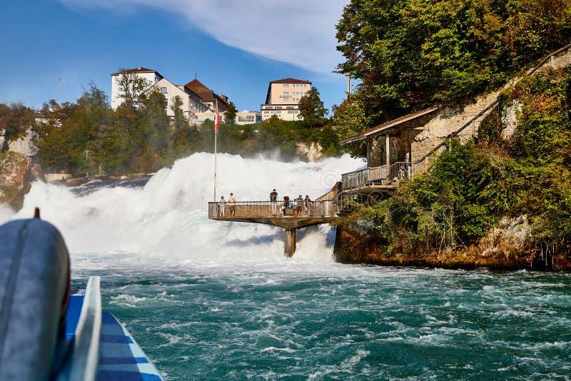 Le Rhin, Suisse - 19 septembre 2018 : Plate-forme d'observation près des chutes du Rhin en Suisse images libres de droits
