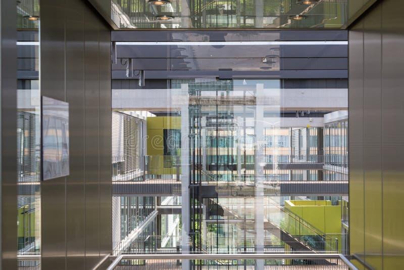 Le riflessioni astratte della finestra dentro morden l'edificio per uffici fotografie stock libere da diritti