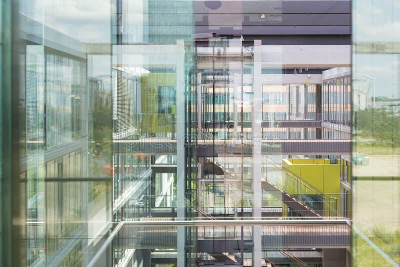 Le riflessioni astratte della finestra dentro morden l'edificio per uffici immagine stock
