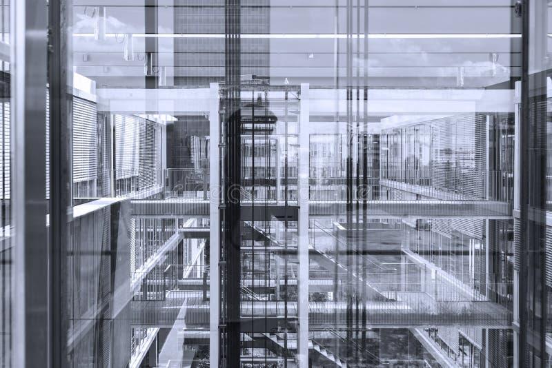 Le riflessioni astratte della finestra dentro morden l'edificio per uffici immagini stock