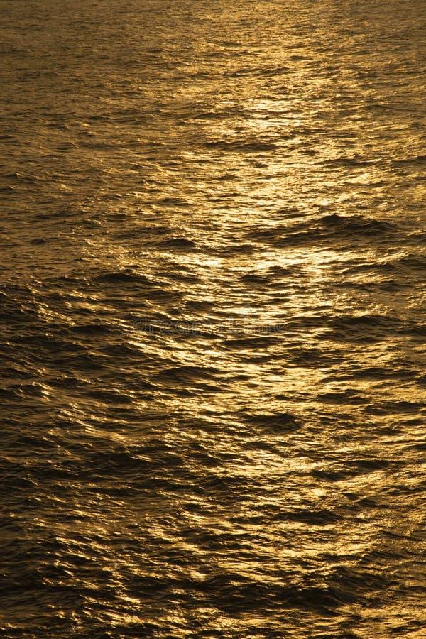 Le riflessioni girano l'oceano dorato fotografie stock libere da diritti