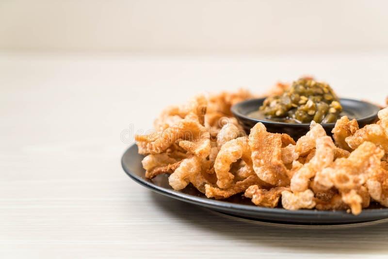 Le rince de porc ou le casse-cro?te frit de porc avec les piments verts tha?landais du nord plongent photographie stock libre de droits