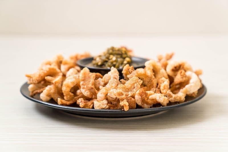Le rince de porc ou le casse-cro?te frit de porc avec les piments verts tha?landais du nord plongent photographie stock