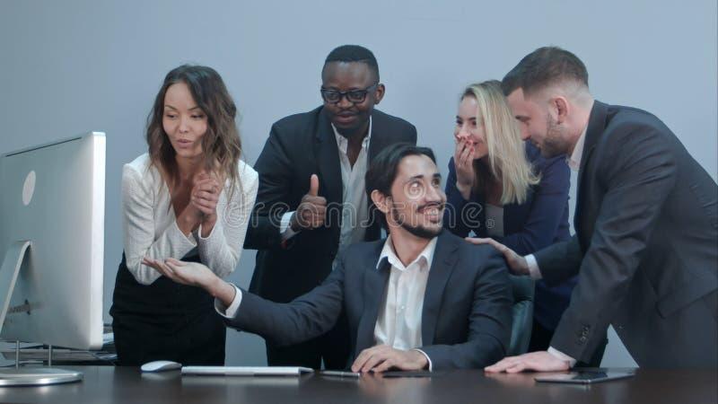 Le rire multiracial réussi heureux d'affaires et encouragent leur succès images libres de droits