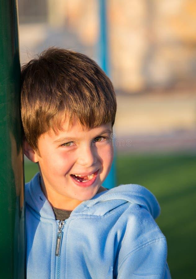 Le risate di sei anni del ragazzo fotografia stock libera da diritti