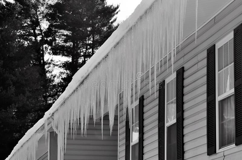 Le risque de congélation de glace de l'hiver extrême fulminent des conditions photos stock
