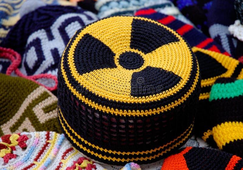 Le risque de rayonnement nucléaire se connectent le chapeau tricoté images stock