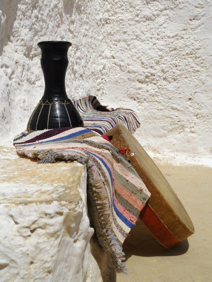 Le rituel bat du tambour des Berbers dans Matmata, Tunisie photos stock