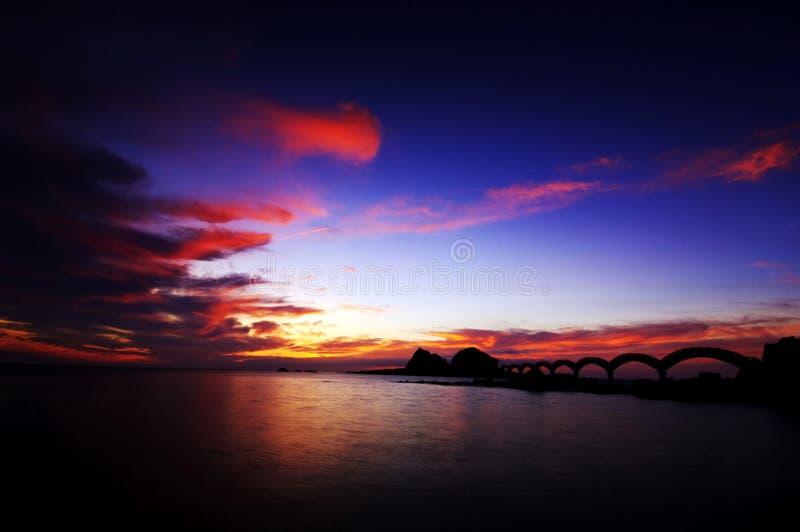 Le rivage au coucher du soleil est simply… Beau images libres de droits