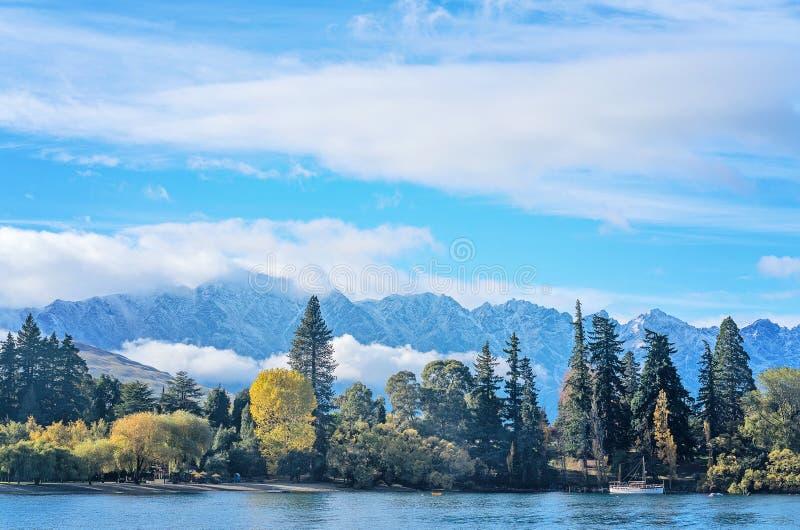 Le rivage de Queenstown Nouvelle-Zélande comme vu du lac Wakatipu photos libres de droits
