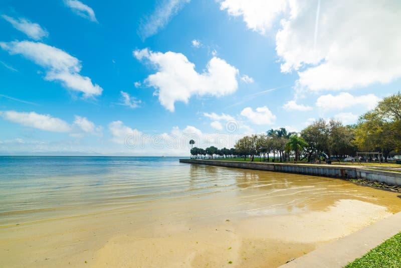 Le rivage du parc de Vinoy à Saint-Pétersbourg par beau temps photo stock