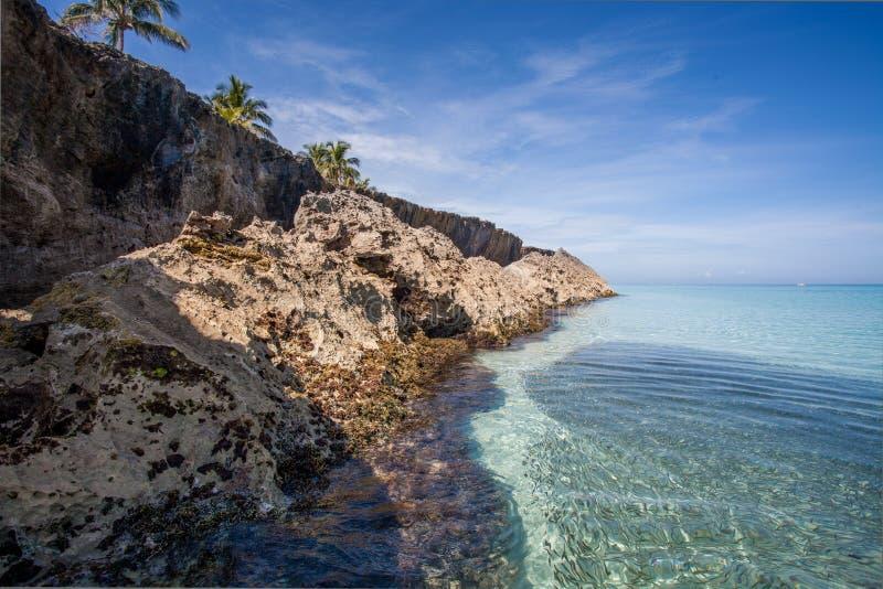 Le rivage et la côte rocheux de falaise rayent le paysage à Varadero, Cuba images stock
