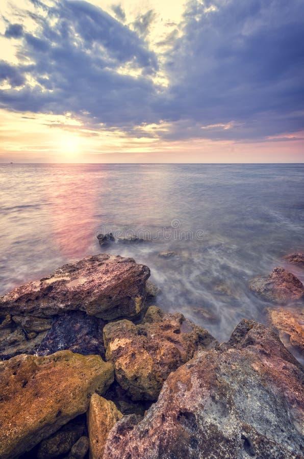 Le rivage rocheux de la mer image stock