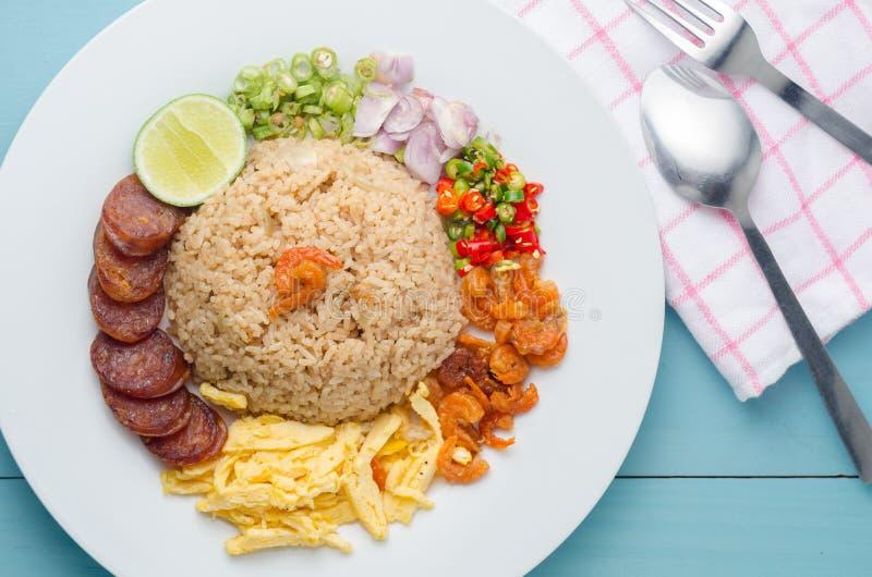 Le riz a assaisonné avec la pâte de crevette, nourriture thaïlandaise sur le plat blanc au-dessus de l'OE images stock