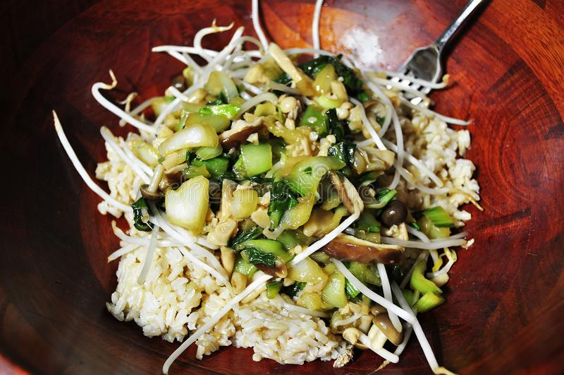 Le riz brun et les veggies sont sains photo libre de droits