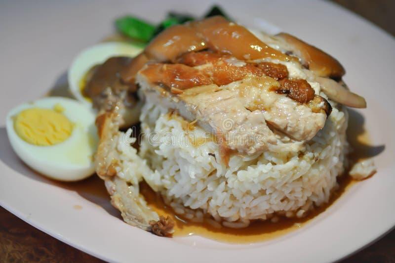Le riz a complété avec du porc cuit image libre de droits