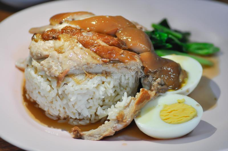 Le riz a complété avec du porc cuit photo stock