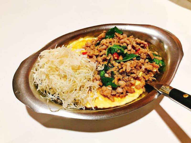 Le riz complété avec l'omelette crémeuse et l'émoi a fait frire le porc haché avec des feuilles de basilic photographie stock libre de droits