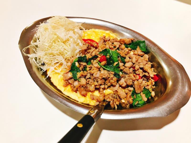 Le riz complété avec l'omelette crémeuse et l'émoi a fait frire le porc haché avec des feuilles de basilic photo libre de droits