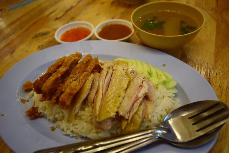 Le riz a cuit à la vapeur avec le poulet et la soupe photos libres de droits