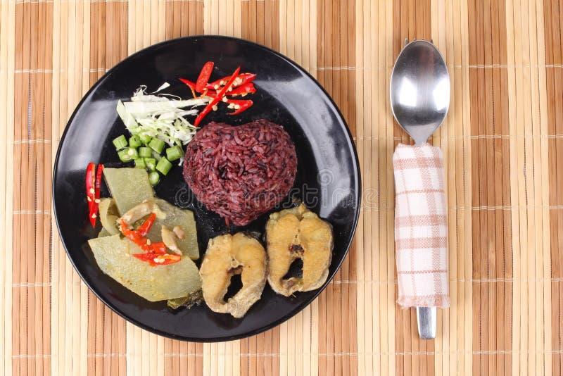 Le riz de jasmin de Brown a complété le cari et les poissons verts de poulet image libre de droits