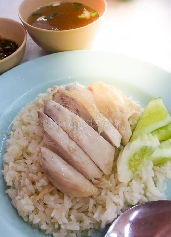 Le riz de poulet de Hainanese, gourmet thaïlandais a cuit le poulet à la vapeur avec du riz le kai de mun de khao dans thaïlandai photo libre de droits