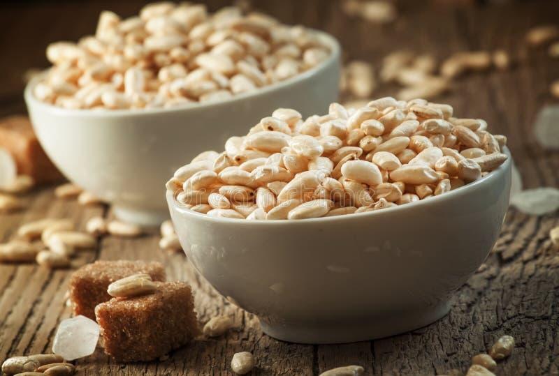Le riz doux soufflé en caramel dans la porcelaine blanche roule avec la canne images libres de droits